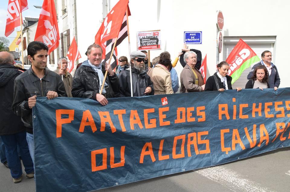 Carhaix. NPA et Front de Gauche manifestent devant le local du PS (OF + LT) dans A gauche du PS car-1